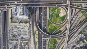 Abejón aéreo superior maravilloso tirado del camino ocupado largo de la carretera y del rascacielos moderno en panorama de la ciu metrajes