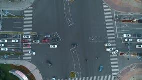 Abejón aéreo tirado de cruce en la ciudad, los coches y los autobuses conduciendo por la avenida En la puesta del sol La c?mara s almacen de metraje de vídeo