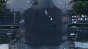 Abejón aéreo tirado de cruce en la ciudad, los coches y los autobuses conduciendo por la avenida en la puesta del sol crepuscular almacen de metraje de vídeo