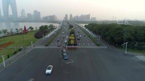 Abejón aéreo tirado de cruce en la ciudad, los coches y los autobuses conduciendo por la avenida En la puesta del sol almacen de video