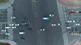 Abejón aéreo tirado de cruce en la ciudad, los coches y los autobuses conduciendo por la avenida En la puesta del sol metrajes