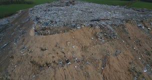 Abejón aéreo tirado del daño ecológico Vuelo del abejón alrededor de la descarga urbana de la basura Pilas grandes de basura de l almacen de video