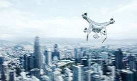 Abejón blanco del aire de Matte Generic Design Remote Control de la foto con el cielo del vuelo de la cámara de la acción debajo  Fotos de archivo libres de regalías