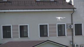 Abejón blanco, quadrocopter con concepto del vuelo de la cámara de la foto almacen de metraje de vídeo