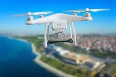 Abejón con el vuelo de la cámara sobre coasline de la ciudad Imagenes de archivo