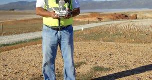 Abejón de funcionamiento del ingeniero de sexo masculino en el parque eólico 4k metrajes
