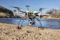 Abejón de Hexacopter con el aterrizaje de la cámara Imagenes de archivo