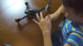 Abejón de junta del muchacho, helicóptero, desde arriba de 4k almacen de video