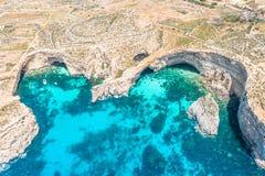 Abejón de la visión aérea - laguna azul entre el mar de las rocas imagen de archivo