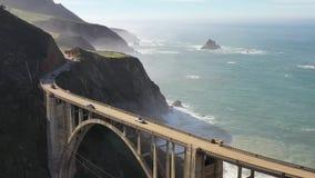 Abejón de la visión aérea tirado del Big Sur de California los E.E.U.U. de la carretera de la Costa del Pacífico de la carretera almacen de metraje de vídeo