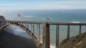 Abejón de la visión aérea tirado del puente de Bixby del Big Sur de California los E.E.U.U. de la carretera de la Costa del Pacíf almacen de video