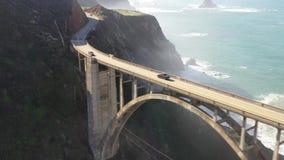Abejón de la visión aérea tirado del puente de Bixby del Big Sur de California los E.E.U.U. de la carretera de la Costa del Pacíf almacen de metraje de vídeo