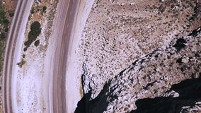 Abejón de la visión superior que da vuelta a la derecha sobre el camino hermoso de la carretera y las pistas ferroviarias que van metrajes