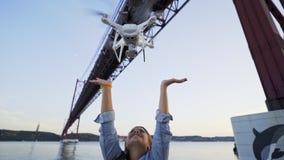 Abejón de lanzamiento de la muchacha de las manos en Lisboa metrajes
