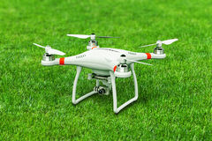 Abejón de Quadcopter con la cámara de vídeo 4K en hierba verde Fotografía de archivo libre de regalías