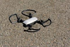 Abejón de Quadcopter, con la cámara de la resolución de la altura, volando en el co foto de archivo libre de regalías