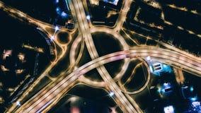 Abejón de Riga de la noche del viaducto del puente de la ciudad de Timelapse, tráfico por carretera de los coches, tiro del abejó metrajes