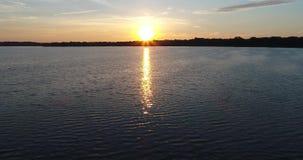 abejón del lago sunrise 4K que vuela adelante rápidamente entonces para arriba metrajes