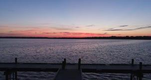 abejón del lago y del muelle sunrise 4K que vuela adelante almacen de metraje de vídeo