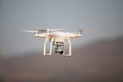 Abejón del vuelo con la cámara en el cielo Foto de archivo libre de regalías