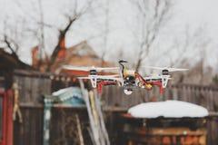 Abejón en vuelo aéreo en campo Tecnologías modernas para capturar la foto y el vídeo Foto de archivo