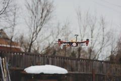 Abejón en vuelo aéreo en campo Tecnologías modernas para capturar la foto y el vídeo Fotografía de archivo