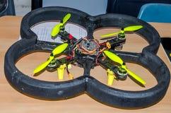 Abejón hecho en casa del vuelo con cuatro propulsores controlados remotamente por un programa de computadora Fotos de archivo libres de regalías