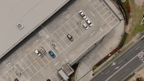 Abejón, helicóptero o satélite siguiendo a una persona en un coche metrajes