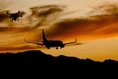Abejón ilegal cerca de un aterrizaje de aviones en la puesta del sol foto de archivo