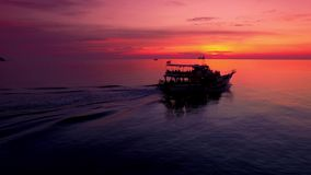 abejón 4K; Barco en la puesta del sol, Koh Tao, Tailandia de la zambullida