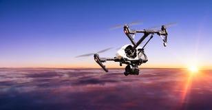 Abejón para los trabajos industriales que vuelan sobre las nubes Imagen de archivo libre de regalías