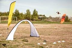 Abejón que compite con en un campo con las puertas y las banderas Fotografía de archivo libre de regalías