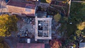 Abejón que critica el tiro aéreo de un pueblo en el distrito máximo en el medio de invierno imagen de archivo libre de regalías