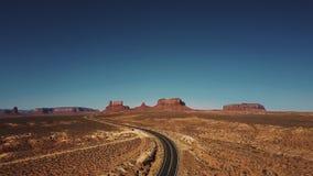 Abejón que sube para arriba sobre el camino vacío del desierto para revelar espacios abiertos de par en par sin fin que sorprende almacen de metraje de vídeo