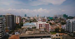 Abejón que sube sobre la ciudad soleada de Colombo, Sri Lanka Tiro aéreo hermoso de los edificios modernos de la costa costa y de metrajes