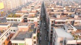 Abejón que vuela sobre distrito chino típico En el marco hay muchas casas similares almacen de video