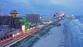 Abejón tirado con el movimiento ascendente lento de la cámara a lo largo del paseo marítimo de Atlantic City almacen de metraje de vídeo
