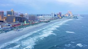 Abejón tirado con la rotación lenta a lo largo del paseo marítimo de Atlantic City metrajes