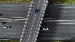 Abejón tirado de la carretera ocupada del tráfico con los coches almacen de video