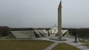 Abejón tirado en obelisco de la ciudad del héroe de Minsk almacen de video