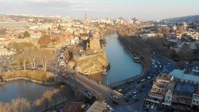 abejón video 4k un viejo movimiento del transporte de la ciudad en el puente sobre el río almacen de metraje de vídeo