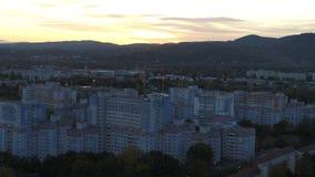 Abejón Viena aérea y montañas en la puesta del sol hora azul de la hora de oro metrajes