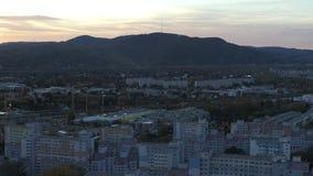 Abejón Viena aérea y montañas en la puesta del sol hora azul de la hora de oro almacen de metraje de vídeo