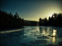 Abej?n congelado de la puesta del sol del lago Pruhonice fotografía de archivo libre de regalías