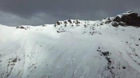 Abej?n a?reo de la monta?a tirado en Islandia, nieve en las monta?as almacen de metraje de vídeo