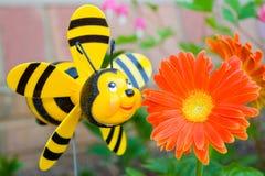 Abeja alegre y una flor. Imagen de archivo