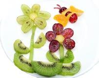 Abeja creativa del postre del niño de la fruta en la forma de la flor Imágenes de archivo libres de regalías