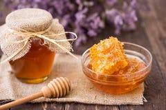 Abeja del producto de la miel y del panal Foto de archivo libre de regalías