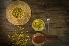 Abeja del té y de la miel del crisantemo en el fondo de madera Foto de archivo libre de regalías