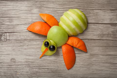 Abeja divertida hecha de frutas Imagenes de archivo